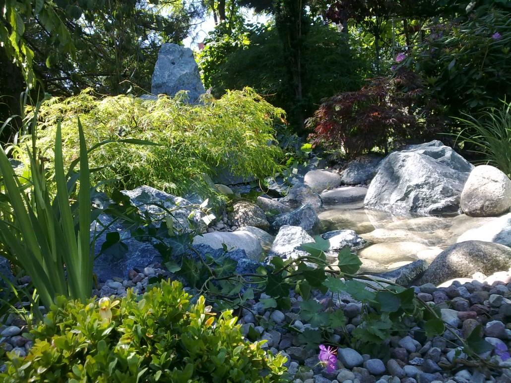 skaly i woda w ogrodzie